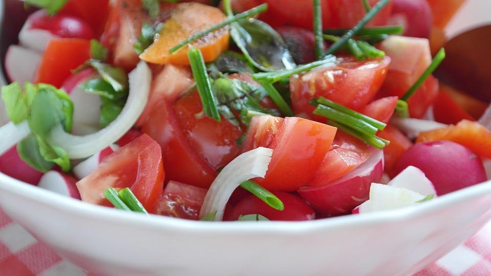 3 idei de salate de sezon foarte ușor de preparat